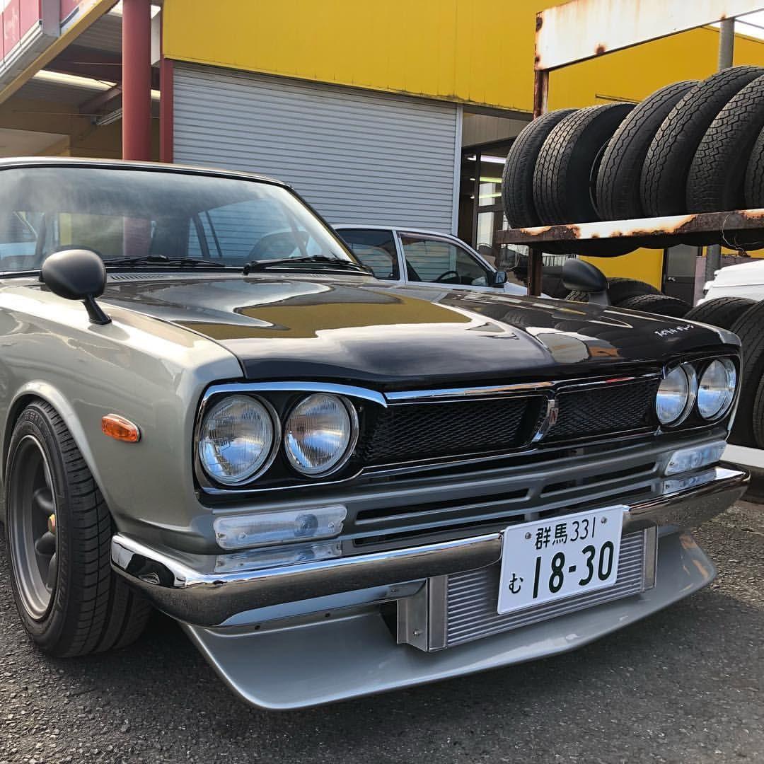 本日自分の車をいつもの車屋さんに持って行ったらめちゃくちゃかっこいい車が 写真の許可はとっております ハコスカ 旧車 スピリットガレージ かっこいい車 Antique Cars Cars Car