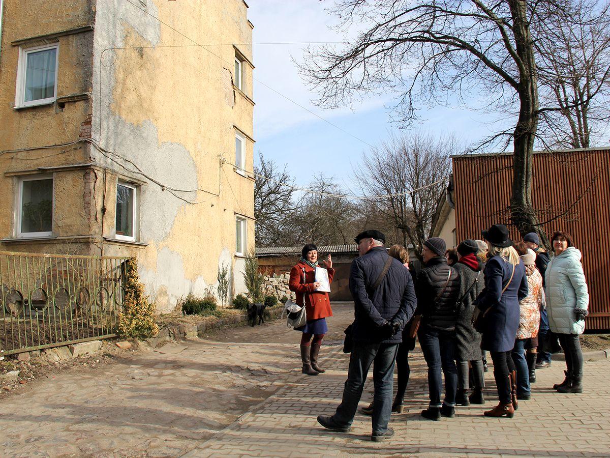 Группа слушает рассказ экскурсовода
