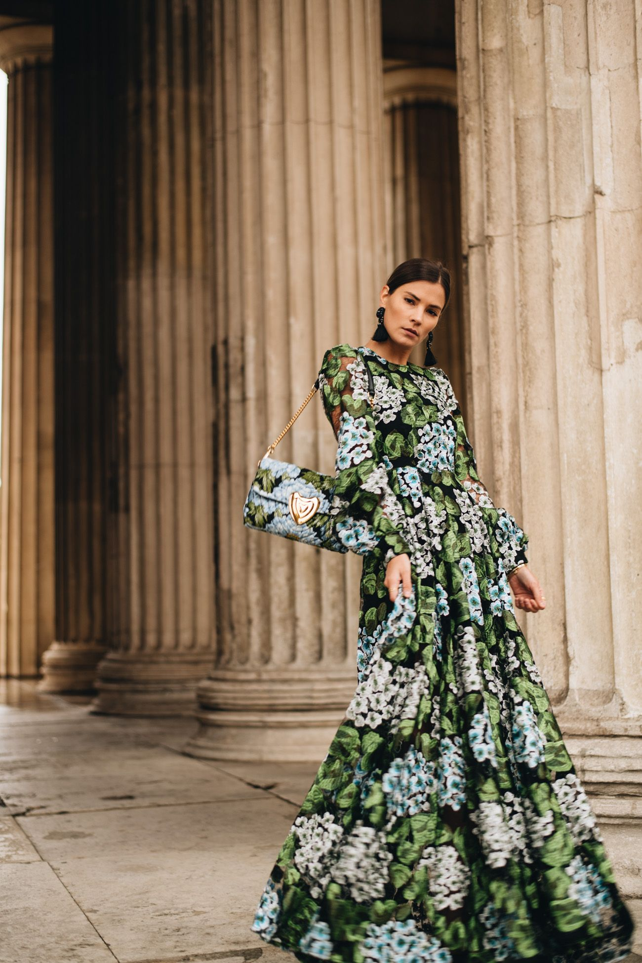 Festliches Outfit mit langem Blumenkleid, Statement ...