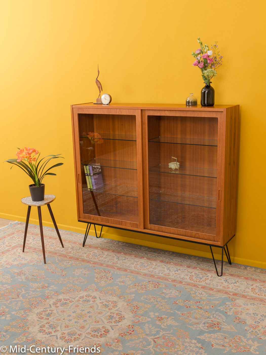 typical glass cabinet from the 1960s. | Dekor, Wohnzimmer ...