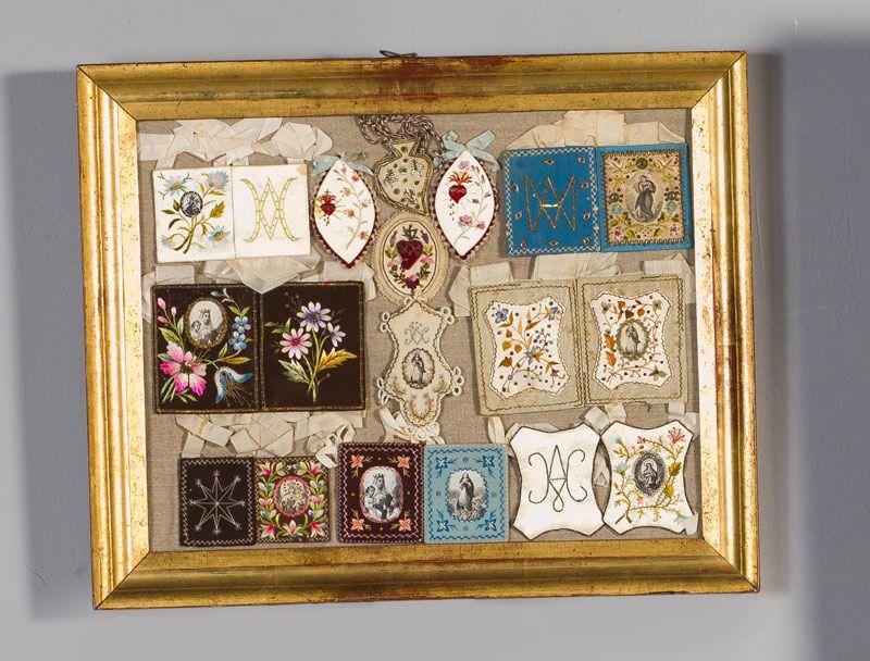Lote 521: Conjunto de escapularios bordados y detentes, S. XIX ...
