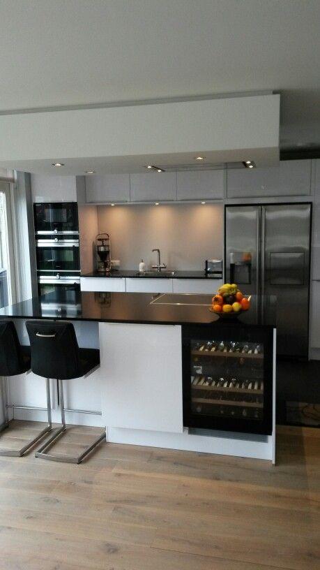 Witte Keuken Met Kookeiland Amerikaanse Koelkast Wijn Kast