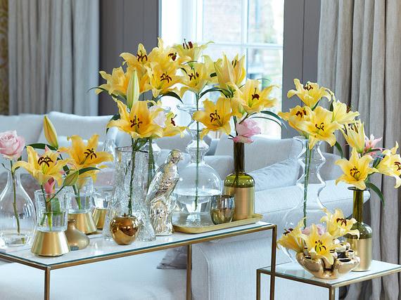 Iets te vieren? versier je huis uitbundig met vazen vol felgekleurde