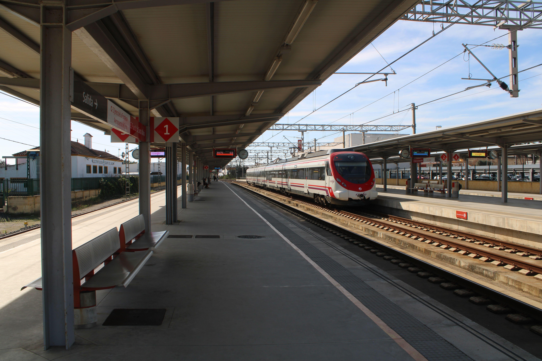 cercanías procedente de Cádiz circulando por la estación de El Puerto de Santa María