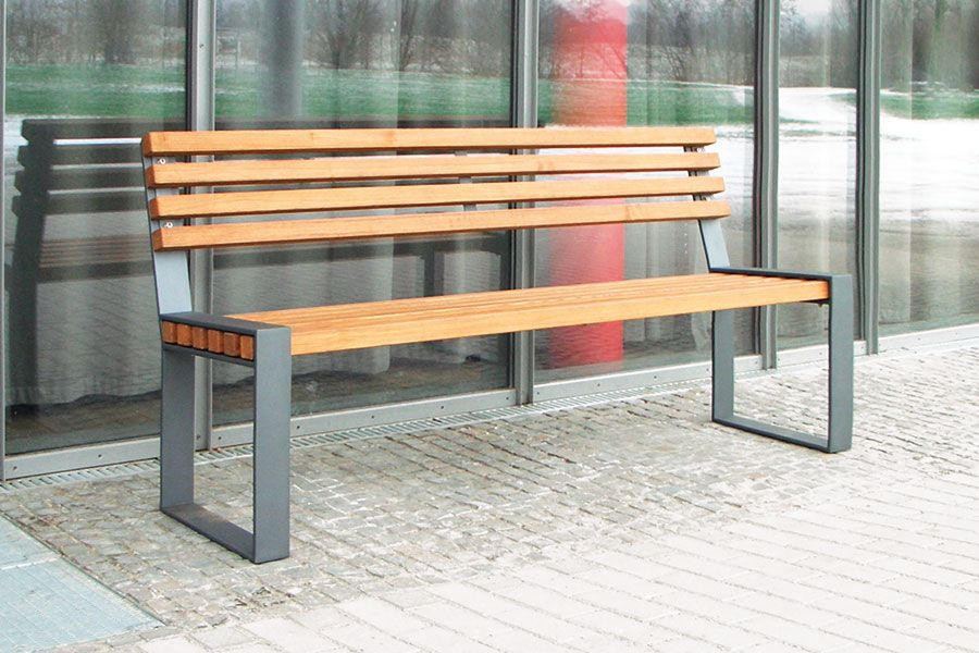Zeitlose Eleganz Verspruht Die Sitzbank Tamores Mit Einzelteilen Aus Stabilem Flachstahl Die Parkbank Sitzbank Garten Sitzbank Draussen Gartenbank Metall Holz