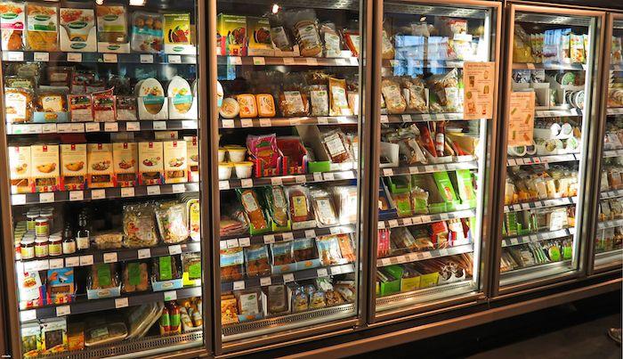 Les rayons de Veganz, le premier supermarché végétalien au monde (BERLIN). Huit millions d'Allemands ne se pâment plus devant une saucisse de Francfort, près d'un million d'entre eux se disent complètement végétaliens.