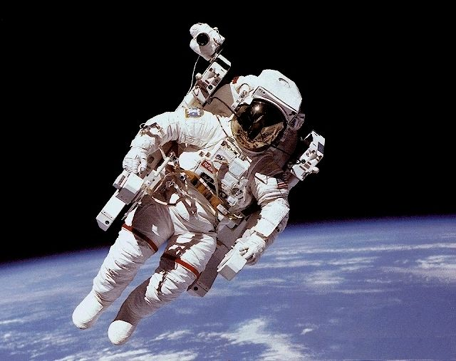 A Nasa Space Suit Costs 12 000 000 Astronauts In Space Space Nasa Astronaut