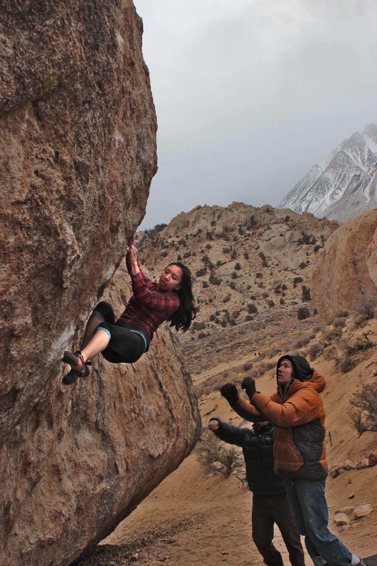 High Plains Drifter [V7] - Bishop, CA (Climber: Natalie Duran) #bouldering #climbing
