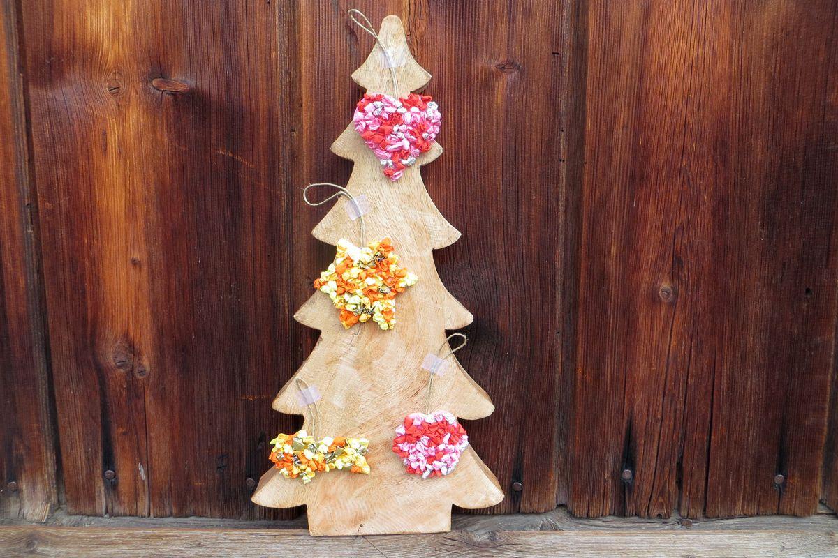 Baumschmuck aus Knüllpapier selber machen