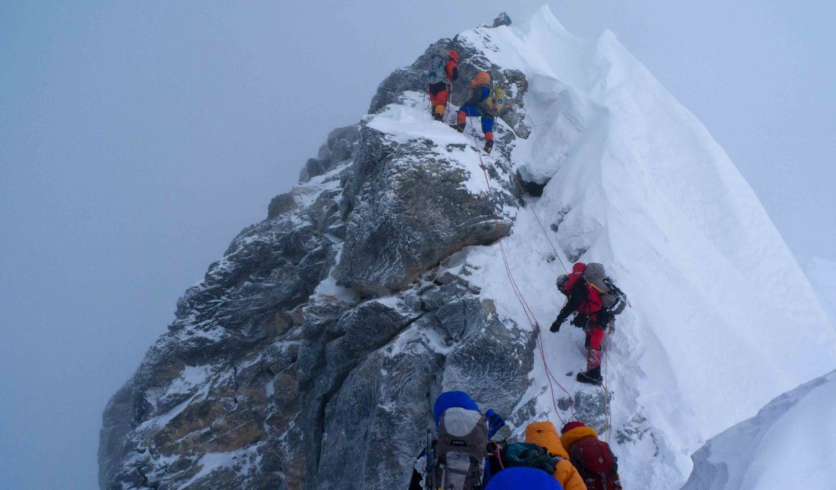 a history of the tragedy of climbers on mount everest in 1996 One of the most infamous tragedies on the mountain was the 1996 mount everest disaster on may 11, 1996, during which eight people died while making summit attempts in that entire season, 15 people died trying to reach the summit, making it the deadliest single year in the mountain's history to that point.
