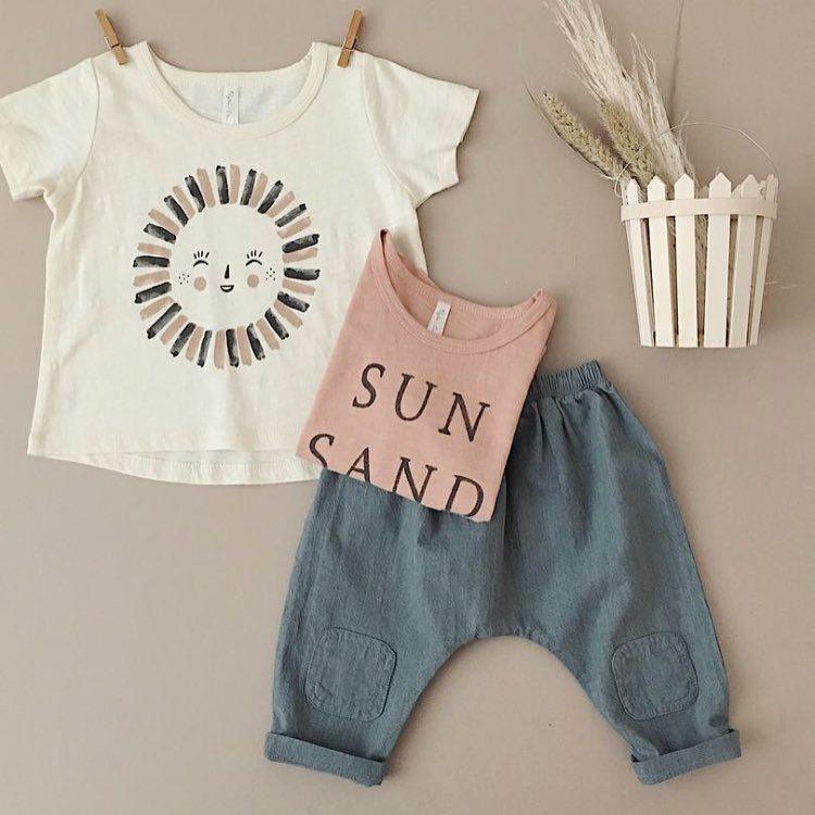 Bonito conjunto de la colección para primavera verano de Rylee and Cru.  Camisetas y pantalones en un algodón vintage. f2fde06760e