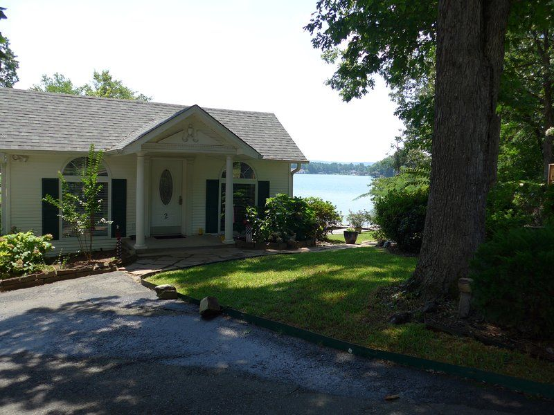 Beautiful lake hamilton cottage with large deck that