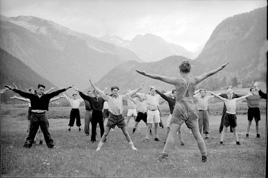 Ferienlager für junge Auslandschweizer in Zernez (Graubünden), 1943.    Am Anfang des II. Weltkriegs lebten rund 430'000 Schweizerinnen und Schweizer im Ausland (10% der Bevölkerung).