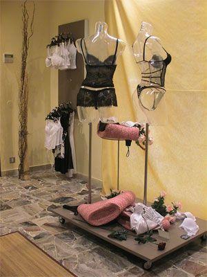 df1845bf6 Decoración para tiendas de ropa intima de hombre y mujer. www.shelf2000.es