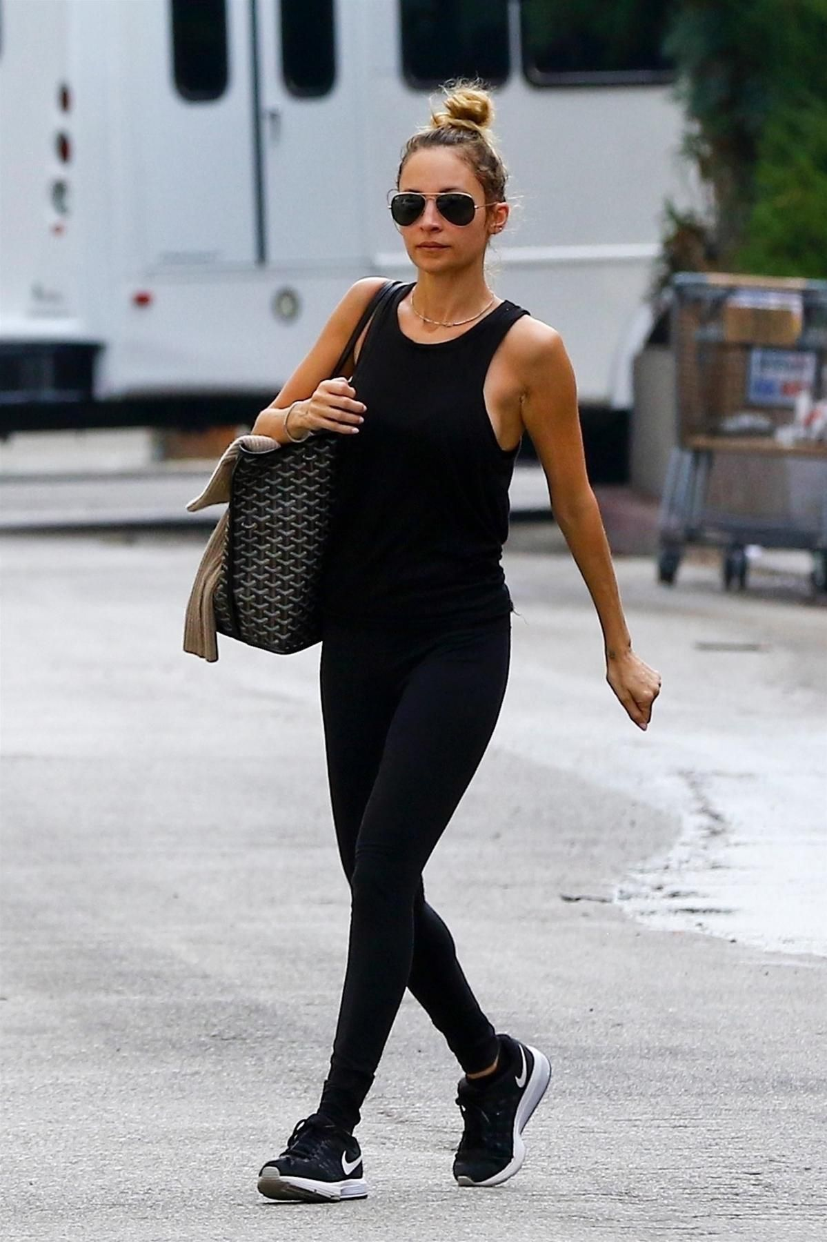 a85c927c8c00 Nicole Richie wearing Nike Air Zoom Vomero 11 Sneakers, Ray-Ban 3025  Aviator Large Metal Sunglasses in Gold/Green and Goyard St. Louis Tote