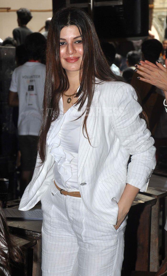 khatta meetha girl, kainaat arora looked chic in a white striped