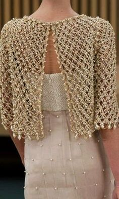 Elegant crochet bolero decorated with beads, for a special occasion. Done at point solomon, this work in crochet is beautiful and chic. Learn how to make the point of this bolero through images a
