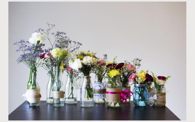 de bouteilles de lait ou de jus de fruits en verre on fait des vases poetiques peints asymetriquement sur leurs bases