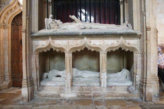 EEN GOEDE DOOD / De tombe van bisschop Richard Fleming in de kathedraal van Lincoln ( 1431 ) toont hem boven in vol ornaat, onder met naakt lichaam