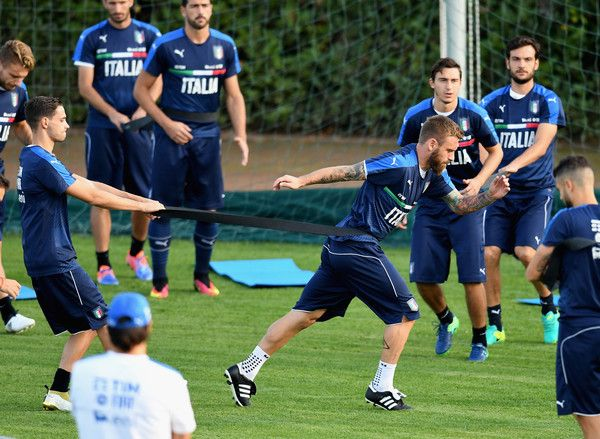 Daniele De Rossi of Italy (C) in action during a training session at the club's training ground at Coverciano on October 3, 2016 in Florence, Italy.