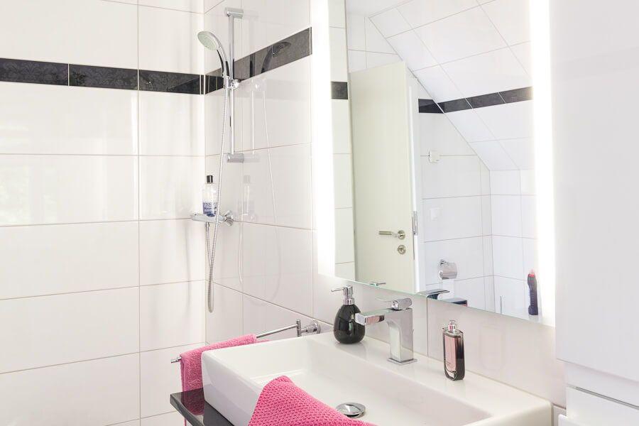 Badezimmer mit Dusche  Waschtisch Fliesen weiß mit Bordüre - Bad - fliesen bad wei