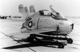 """McDonnell F-85 Goblin    Este avión apodado """"huevo volante"""" no llegó a tiempo para la 2da. Guerra Mundial. Era un caza destinado a ser transportado en la bodega del Convair B-36 Peacemaker. La idea era que el gigantesco bombardero llevase en su interior su propia escolta. Voló por primera vez en agosto de 1948. Se construyeron dos prototipos."""