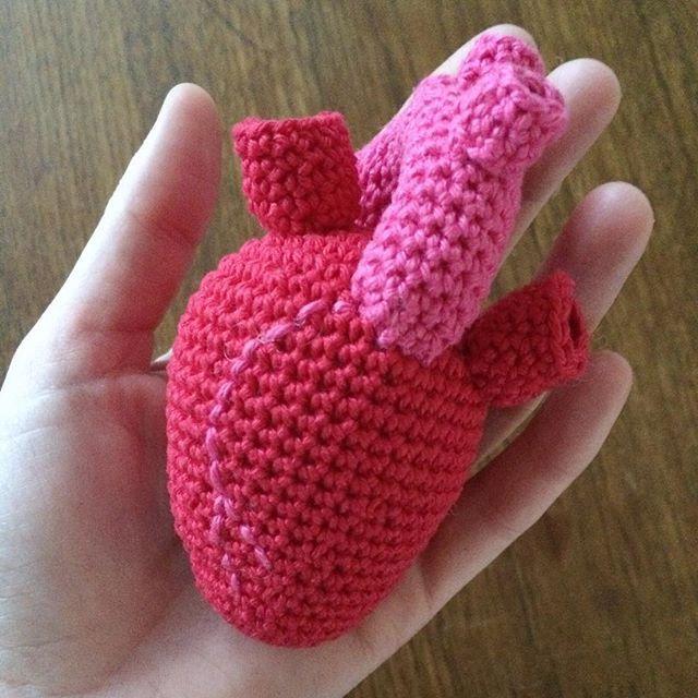 Det er snart Valentines day. Lav et hjerte og giv det væk ❤️ Hæklet i Rio merc bomuld. Gratis opskrift på www.labeletterose.blogspot.fr