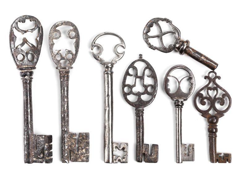 Bis auf einen kleinen Volldornschlüssel mit hochovaler Reide mit eingestelltem H und Bart mit zwei Reifen, sämtlich Hohldornschlüssel. Meist mit hochovaler ...