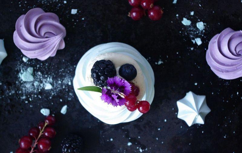 Vanilla and white chocolate pavlova - Pavlova chocolat blanc fruits rouges | I Love Cakes