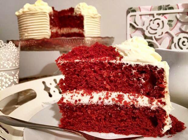 كيكة الحمراء المخملية او كما مشهورة كيكة ريد فلفت Red Velvet Cake مقادير الكيكة 2 كوب ونصف دقيق ربع كوب كاكاو كوب و Desserts Cake Food