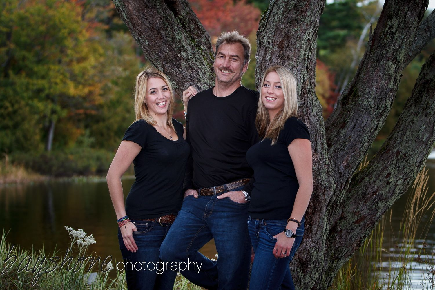 The natural beauty of Parry Sound, Muskoka makes for a great backdrop for outdoor family portriat sessions. Pin from bayshorephotography.com