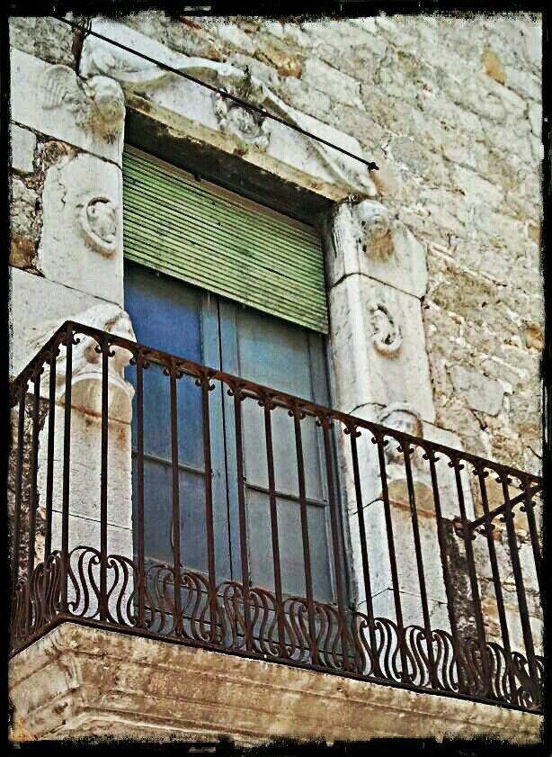 Torroella de Montgrí. Girona Puertas, Ventanas, Enamorada