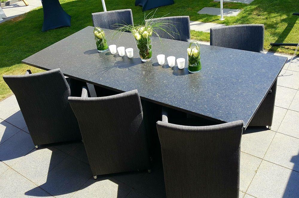 Moderne Terrasse Mit Geradliniger Esstischgruppe Und Toller Tischdeko Gartenmobel Terrassengestaltung Esstischgr Gartenmobel Gartenmobel Sets Esstischgruppe