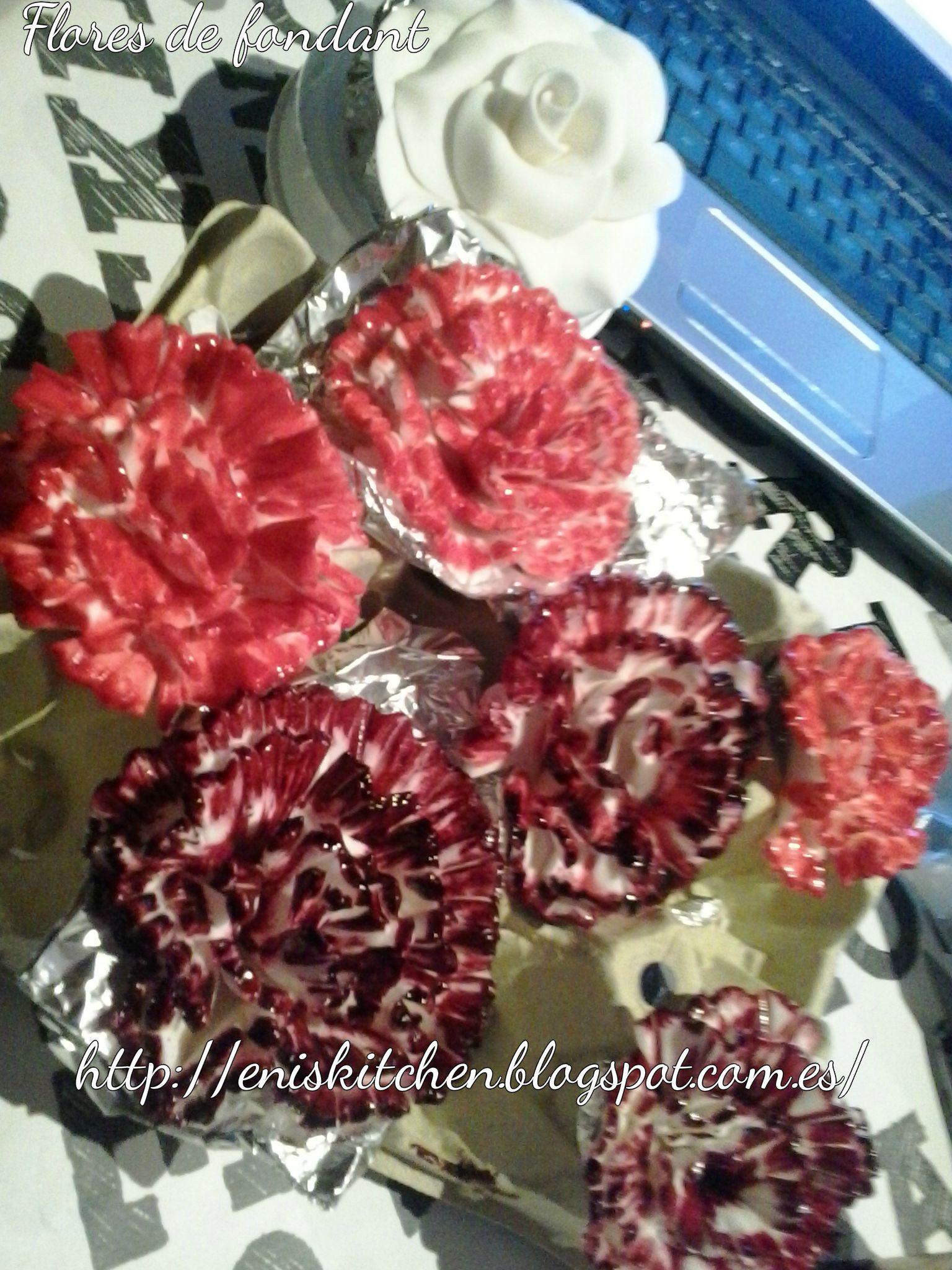 Flores de fondant-rosas, claveles Podeis encontrar un tutorial de como modelar claveles aqui :http://eniskitchen.blogspot.com.es/2013/10/tutorial-claveles-de-fondant.html
