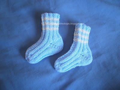 Un modèle très simple et rapide de chaussettes pour bébé pour débutante. On tricote avec 2 ...