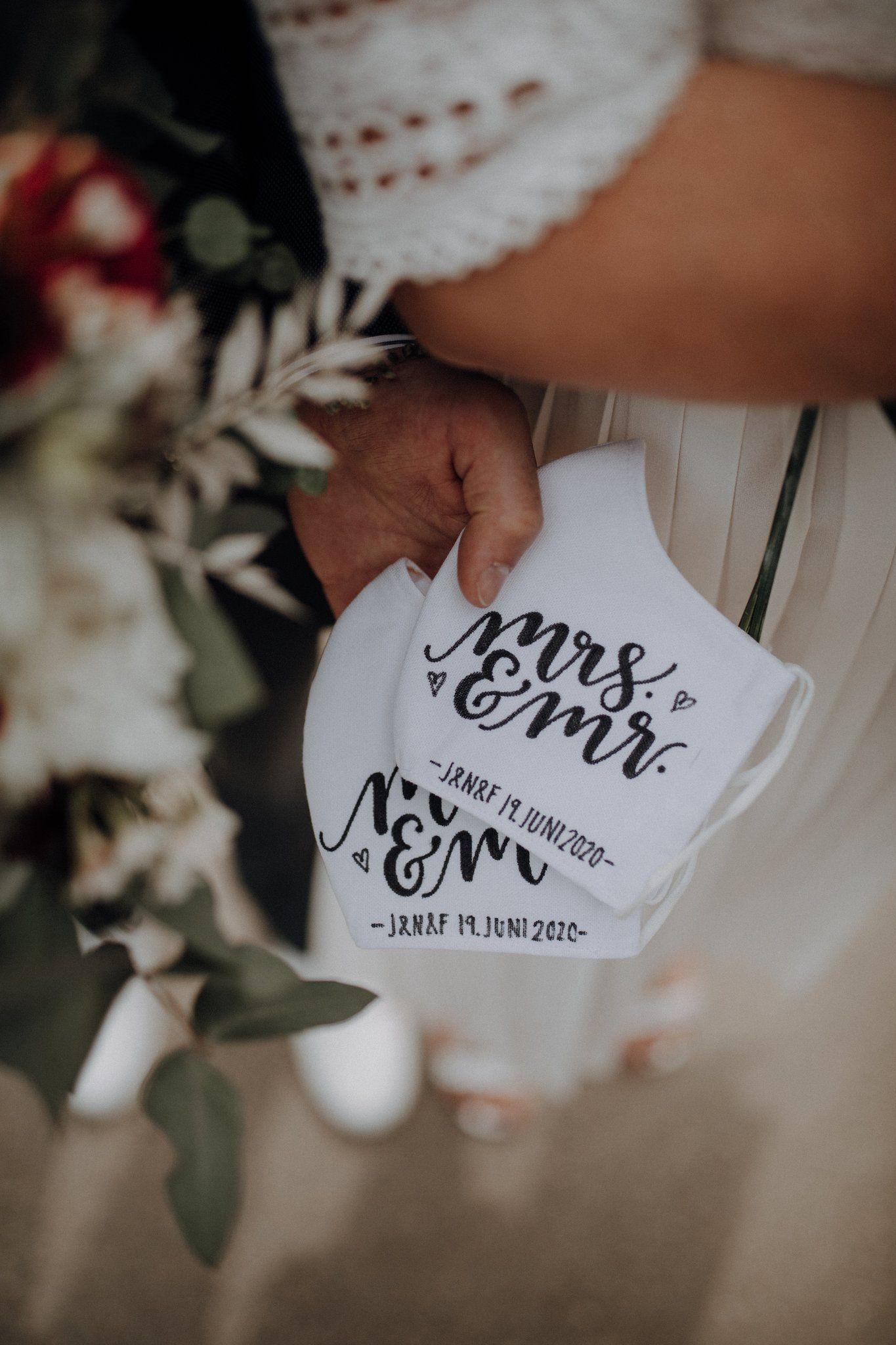Brautpaare wurden von Corona ganz besonders kalt erwischt, denn viele mussten ihre Feier wegen der strengen Auflagen stark ummodeln oder verschieben. Es gibt jedoch zahlreiche wirklich originelle Wege eine unvergessliche und zeitgemäße Hochzeit auszurichten und euch und euer Versprechen gebührend zu feiern! Nie zuvor haben wir eine Saison mit so vielen tollen und kreative Ideen gesehen wie diese! Lasst euch inspirieren...