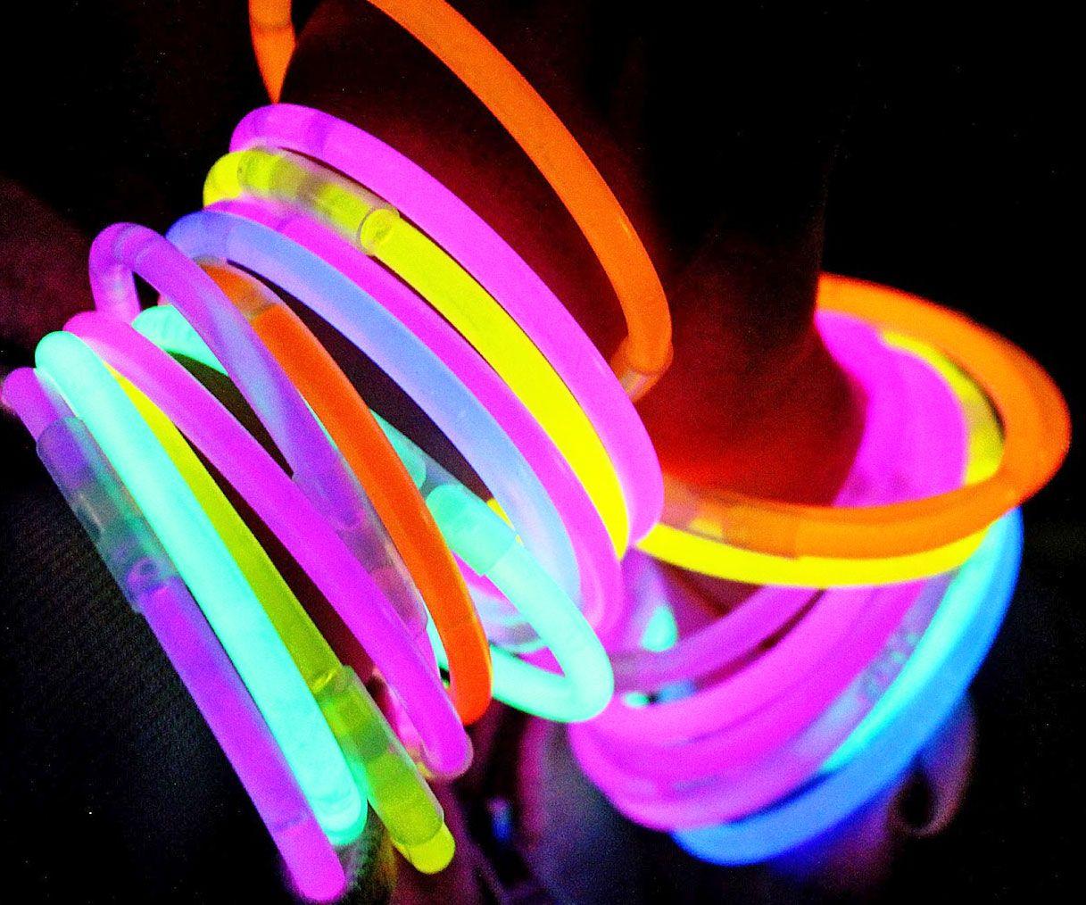 Las pulseras luminosas no pueden faltar en una fiesta fluorescente. Inclúyelas en tu lista.