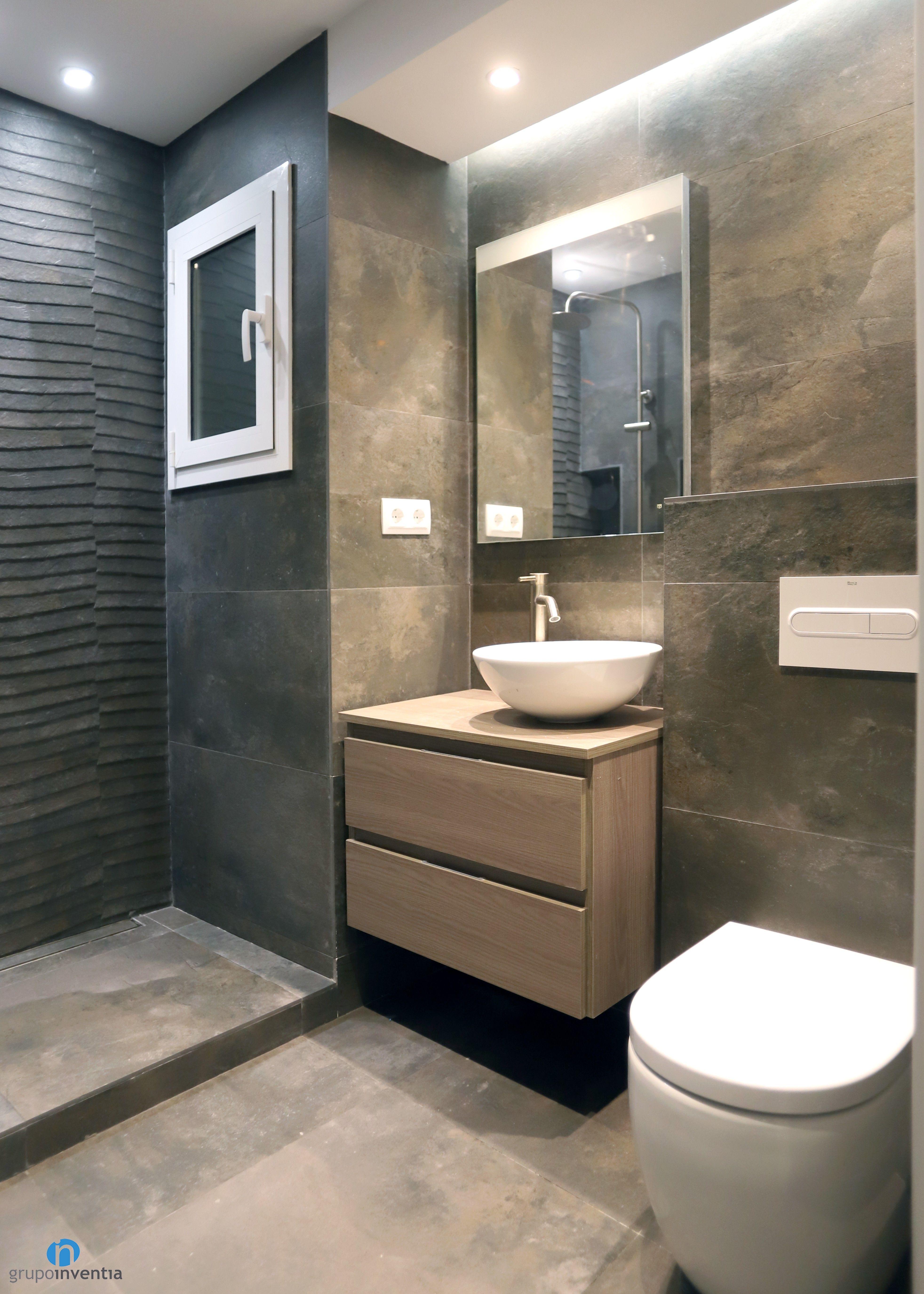 En cuarto de baño cuenta con un lavabo, inodoro y ducha.Un ...
