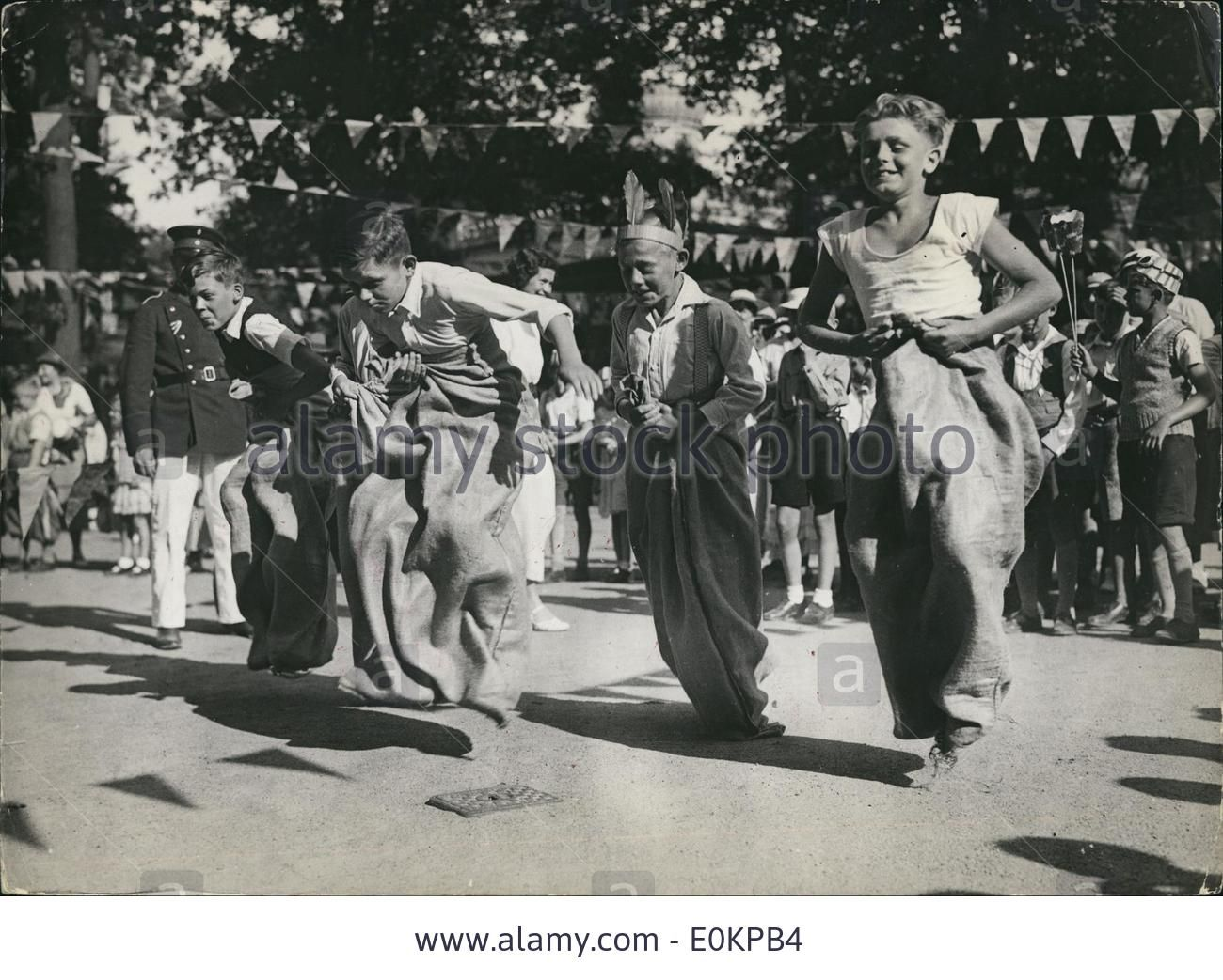 Download this stock image: Jul 24, 1935 - Berlin, Germany - A children's sack at the Berlin Zoo during a great festival for children spending their vacatio - E0KPB4 from Alamy's library of millions of high resolution stock photos, illustrations and vectors.