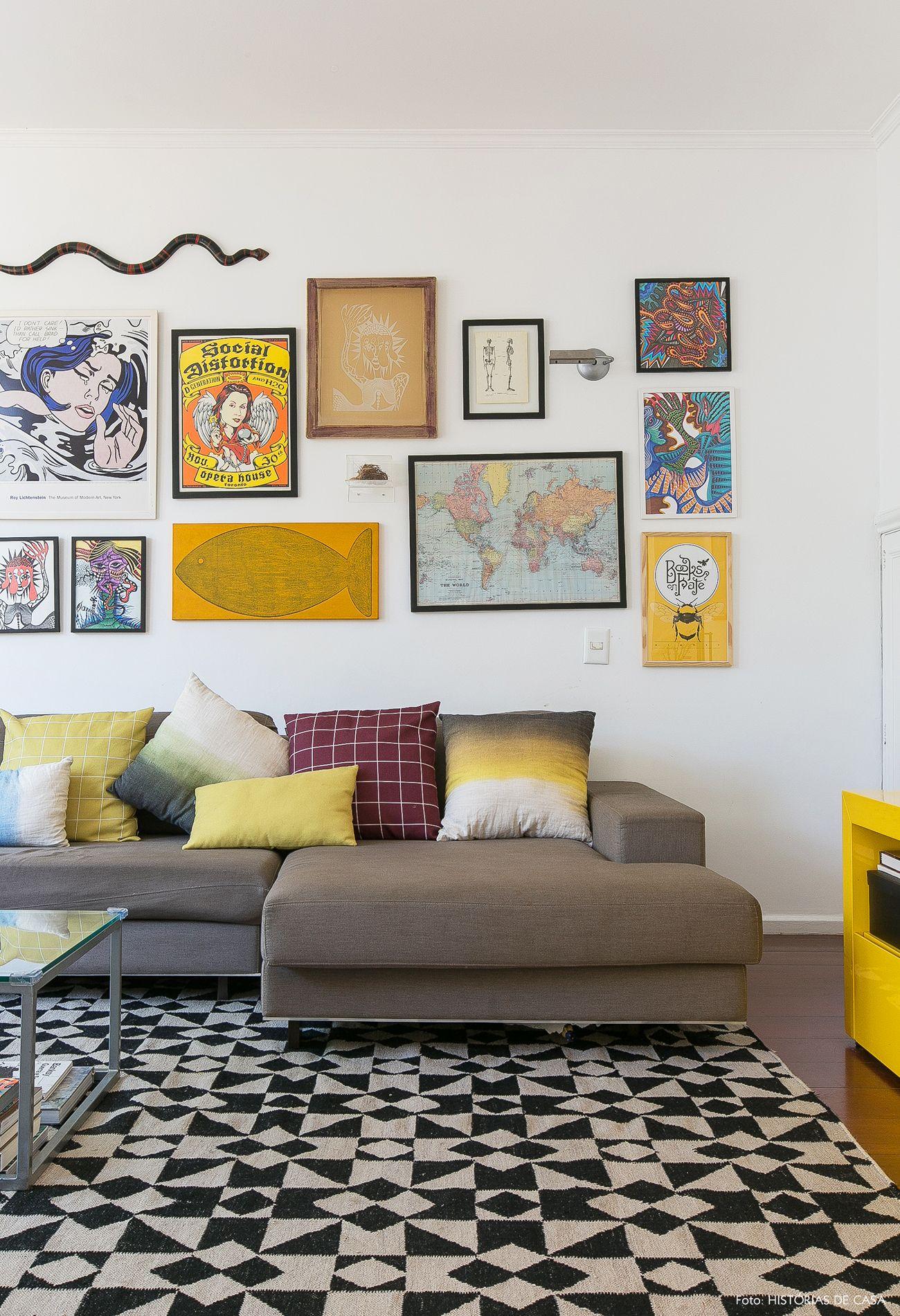 Sala de estar tem parede galeria d081ead19b2f4