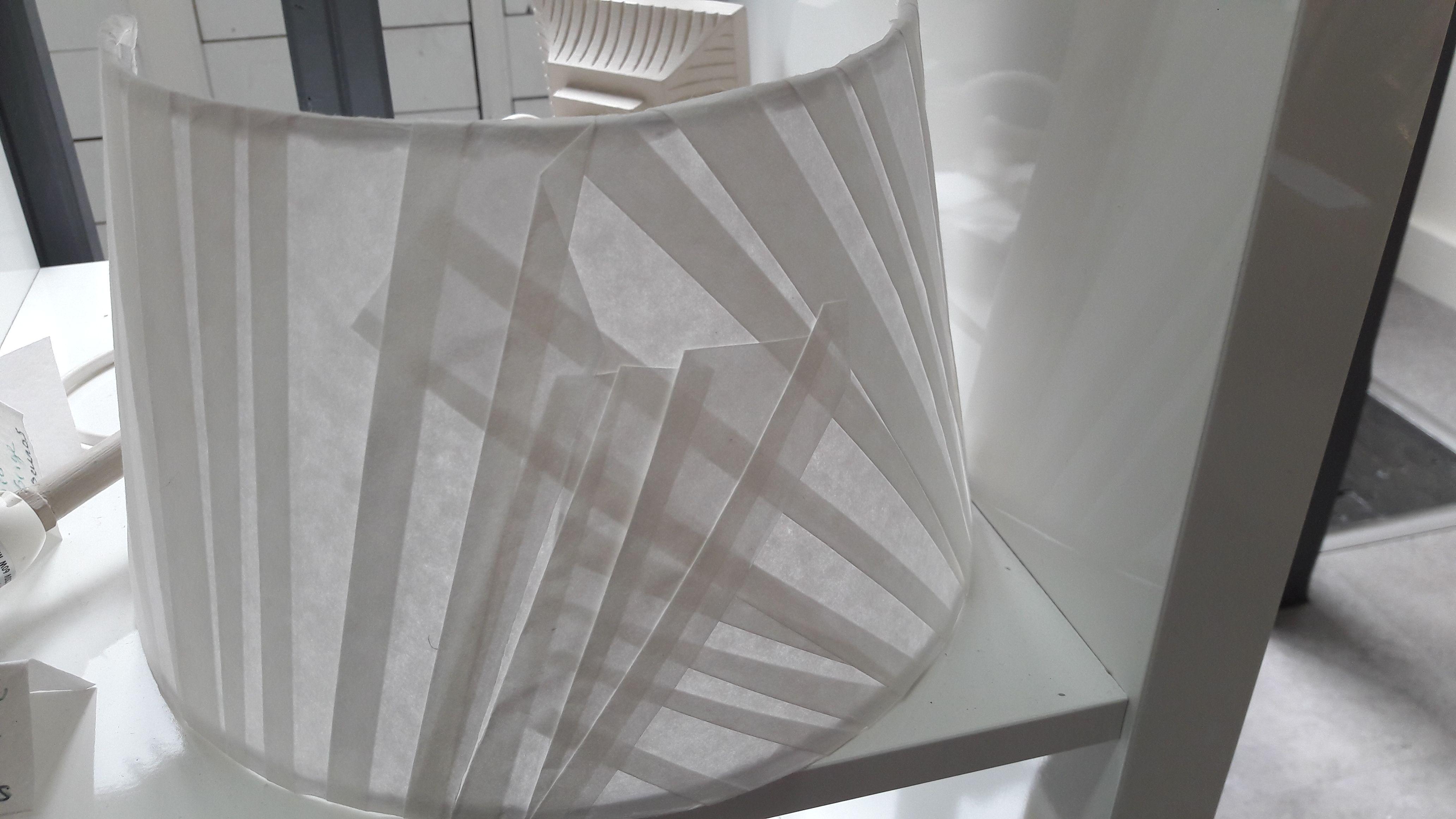 Applique réalisée en papier plissée pour un jeu d'ombre et de lumière