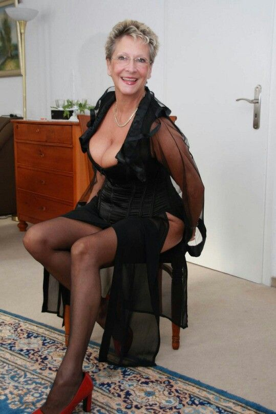 sexy granny nice cleavage matures sexy et sensuelles. Black Bedroom Furniture Sets. Home Design Ideas