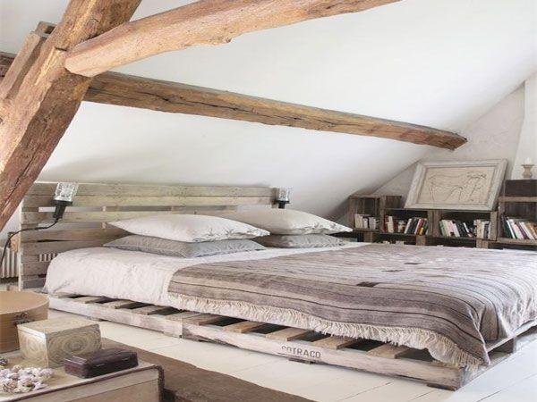 jeux de couleurs bois dans cette chambre sous pente avec poutres et lit palette diy. Black Bedroom Furniture Sets. Home Design Ideas