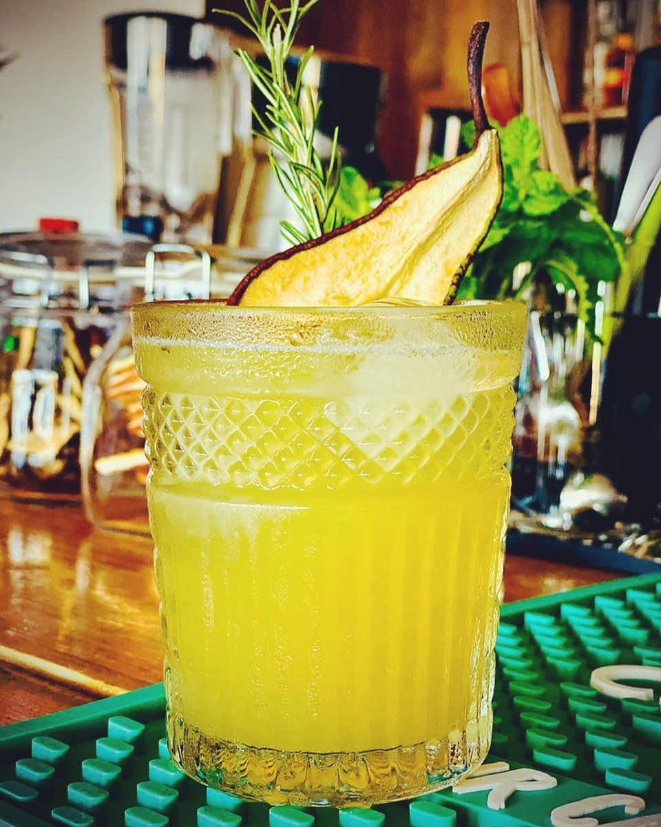 No Name Cocktail. #johnniewalker #blacklabel #pear #merlet #honey #rosemary #homemade #syrup #pearjuice #lime #cocktails #cocktailbar #cocktailtime #bartenders #bartender #bartenderlife #bartenderstyle #lovemyjob #lovemylife #bebidas #drinks #drinkstagram #bar #ibiza #ibiza2020 #oldschool