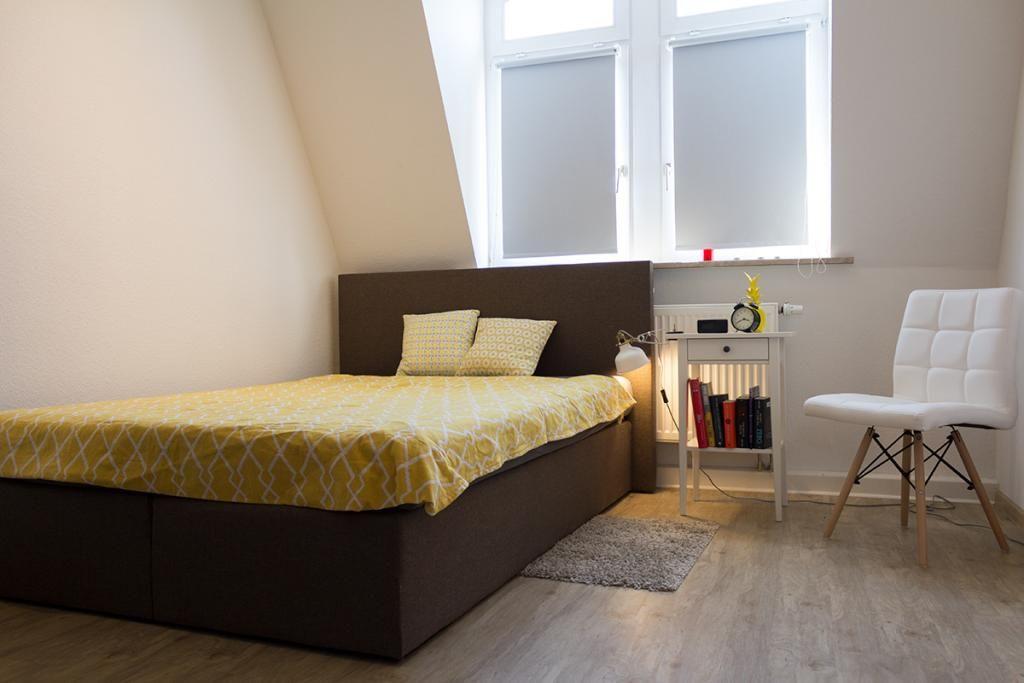 Schlicht Eingerichtetes Schlafzimmer Im Dachgeschoss. #Schlafzimmer # Einrichtung #bedroom