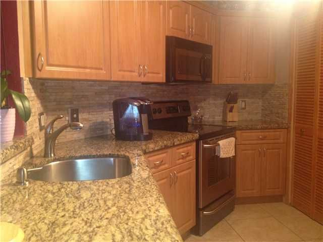 6288 Nw 186 St Hialeah Fl 33015 Kitchen Kitchen Cabinets Realty