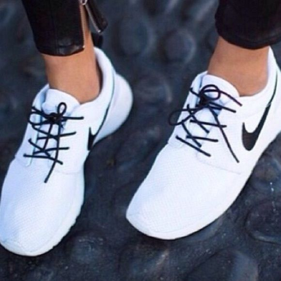 ee2fb261cd52 ISO white or black roshes !! Looking for whiter or black roshes around size  8.5