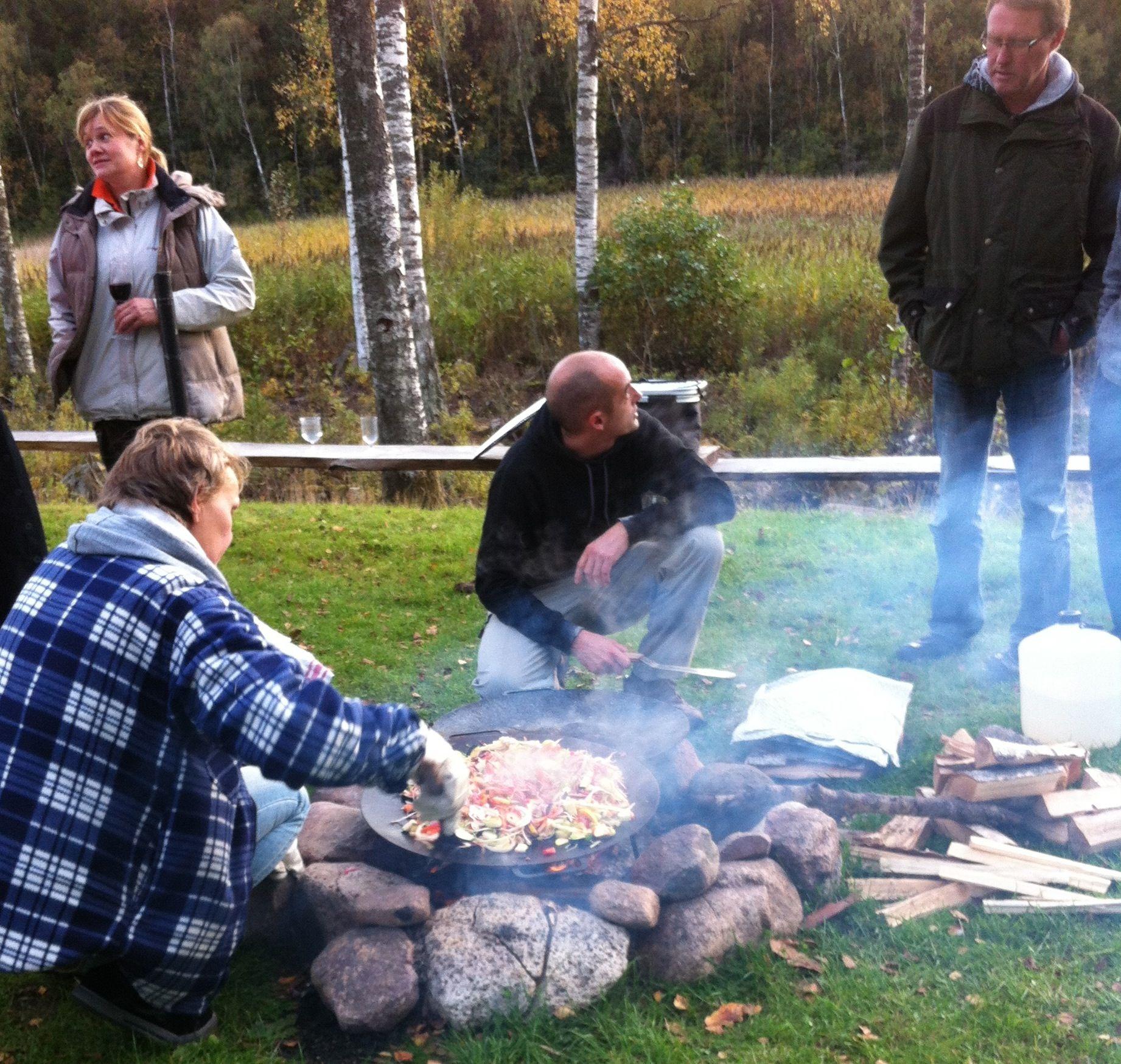 Erika from Målsånna farm making veggie wok and dan from Utefolk preparing bread.