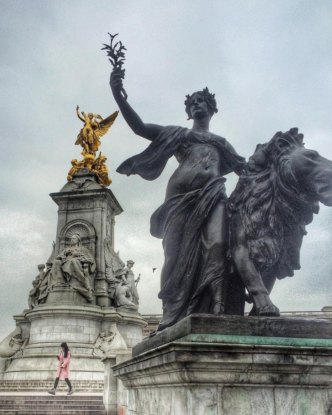 Some lovely ladies at #buckinghampalace #statue #badasswomenofhistory #women #travel #wanderlust #greyskiesinengland #london by sprayonhair