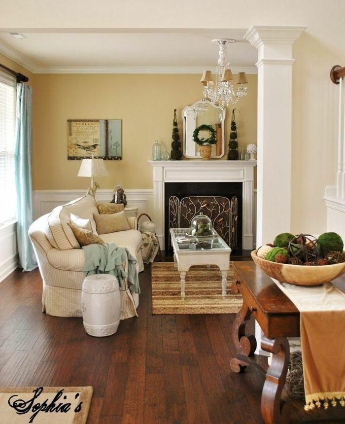 Sal n decorado en estilo cl sico con chimenea pintura - Color arena pared ...